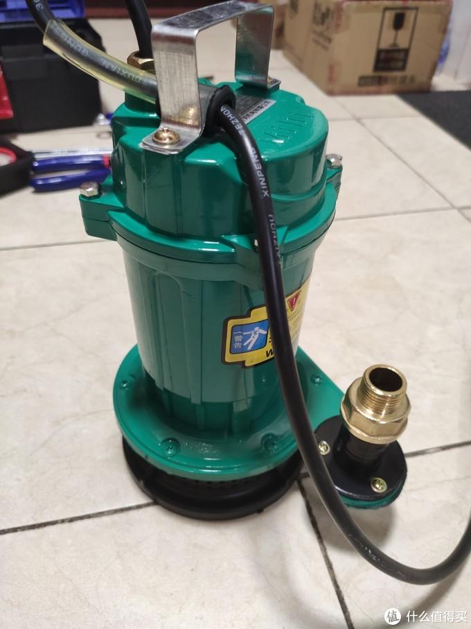 潜水泵的出水口是25mm的外丝螺口,正好可以使用6分内丝转4分外丝的转接头,用于连接常用的4分水管