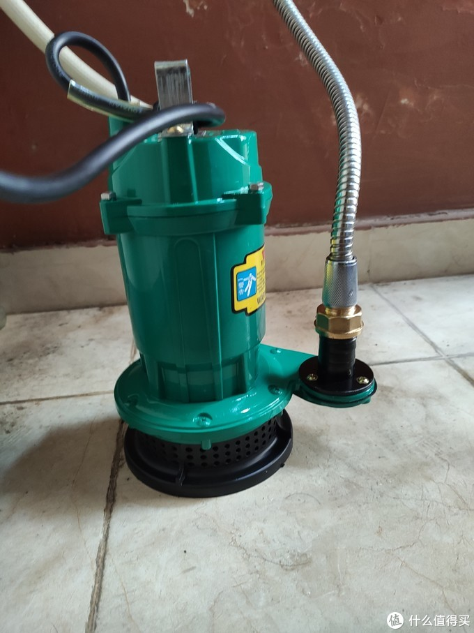 潜水泵的出水口接热水器的入水口,使用淋浴的水管连接