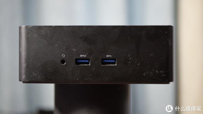 两个USB3.0,以及一个3.5mm耳机口,并有指示灯