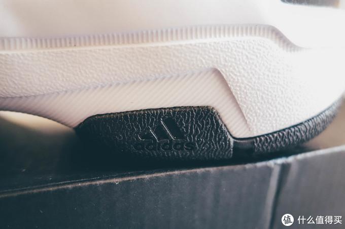鞋底的橡胶还是很硬挺的,耐磨应该是很不错,有个小小的阿迪标志
