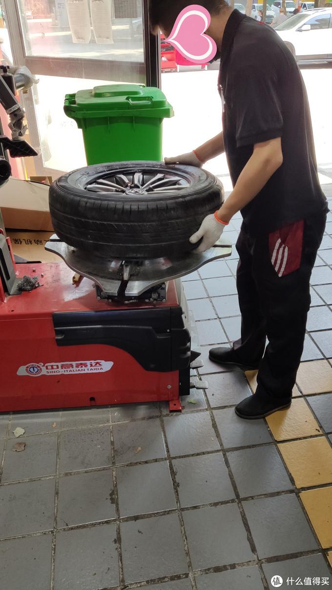 胎压装置安装后,重新安装轮胎。