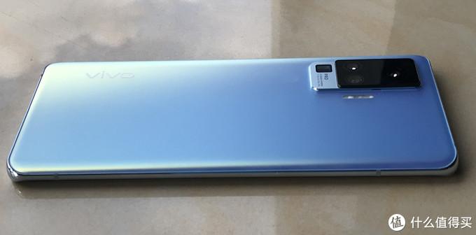 ▲ vivo 手机背面也是曲面设计,再边缘处很贴手。