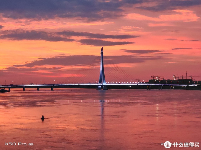 ▲ vivo X50 Pro 5G手机拍摄夕阳下的大桥。