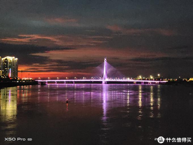 ▲ vivo X50 Pro 5G手机拍摄的夕阳西下华灯初启时大桥的倩影。