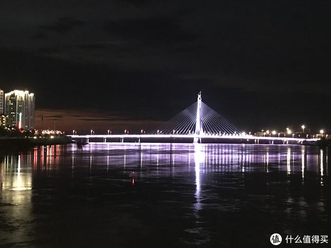 ▲ iPhone 7 Plus手机拍摄的晚上大桥的夜景。