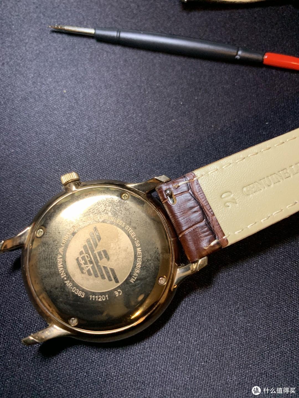 清洁完成就是安装新的表带了,我购买的替换表带是使用的活动生耳,方便之后替换其他表带,也建议大家如果自行更换表带的话购买这种设计的,大大降低了后期更换其他表带时的复杂度