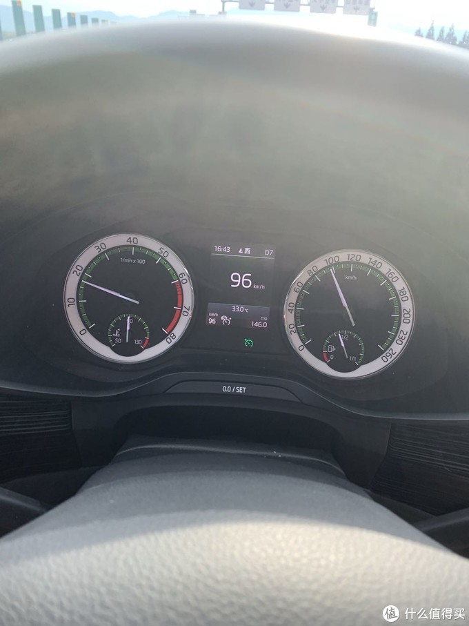 液晶屏的右下角亮了个绿色的标,表示开启了自适应巡航,由于这个需要开车过程中拍,所以只拍了一张