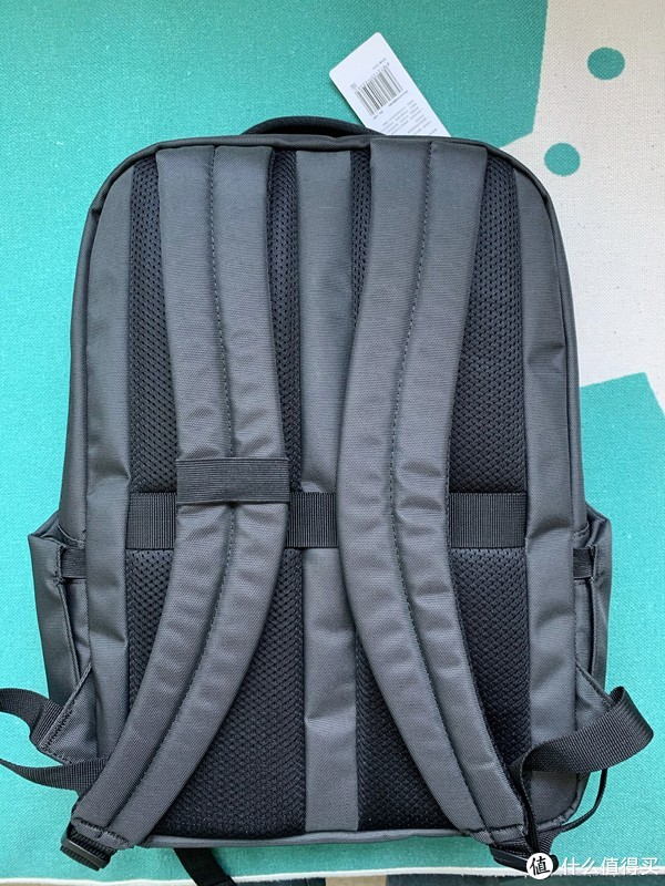 背带采用S型设计,用官方的话说较3D立体人体工学设计,多点分散重量压力