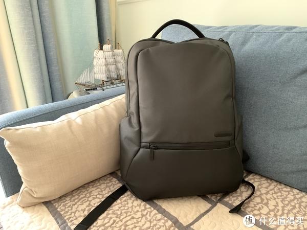 装完后还是很挺的,不会显得很臃肿。颜值很上档次,怎么看也不像100块钱的背包。