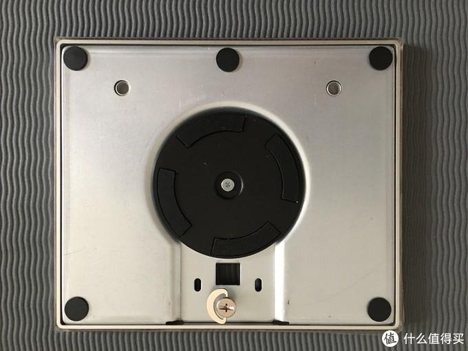 底座是亚克力的,这是反面,支架螺丝可手拧,显示器转动靠这个黑色转盘,底座整体转动