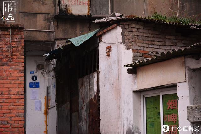 在大坪街道探险:穿越破旧的电视塔村,寻找被遗忘的山城地标
