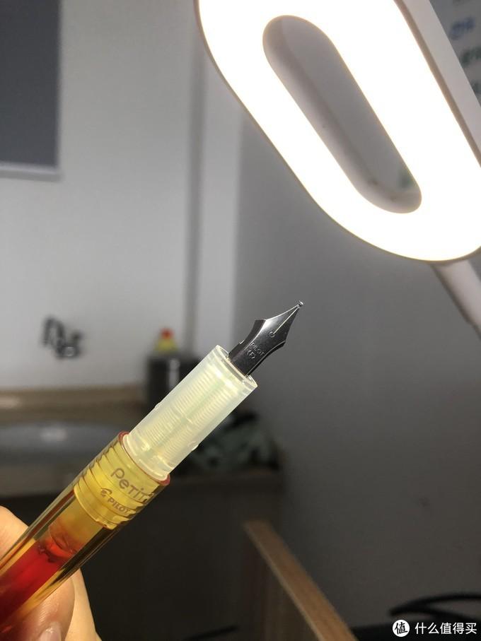 当当当:百乐元气小钢笔,这应该是百乐最便宜的钢笔了,特别短,成人男性半个手掌长,书写吧,还行,骗骗小孩子还是可以的。这一个是M尖,也就是中等粗细的笔尖。练字可以,平时作业不行,有点粗。