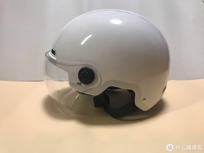 这款头盔非常简洁,整体白色,只有边缘贴的反光贴纸。半遮面没得选。
