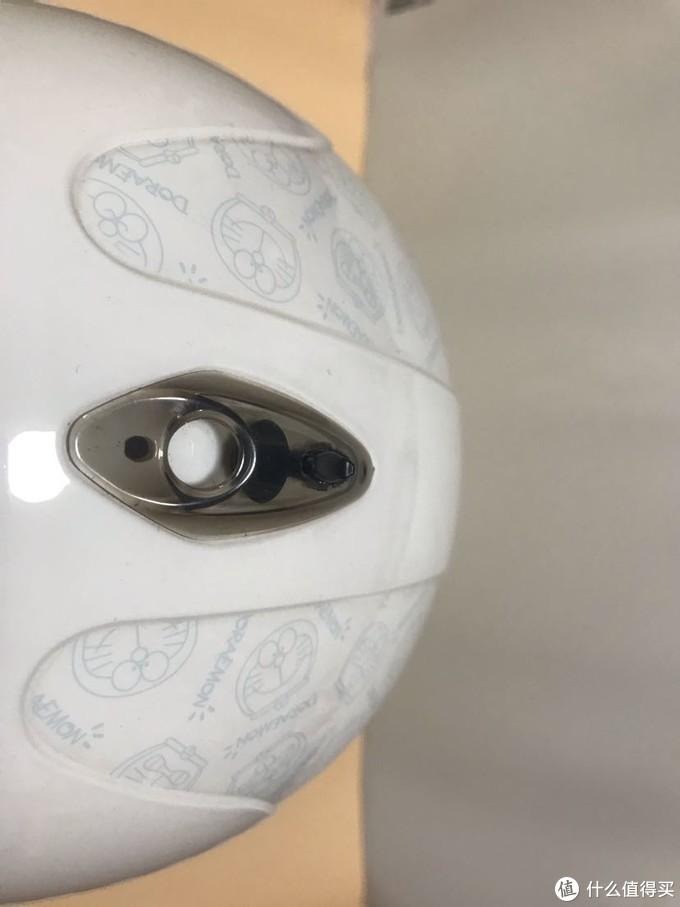 这是看头盔通风口,也挺科学的。通过黑色按钮可以开关通风口。