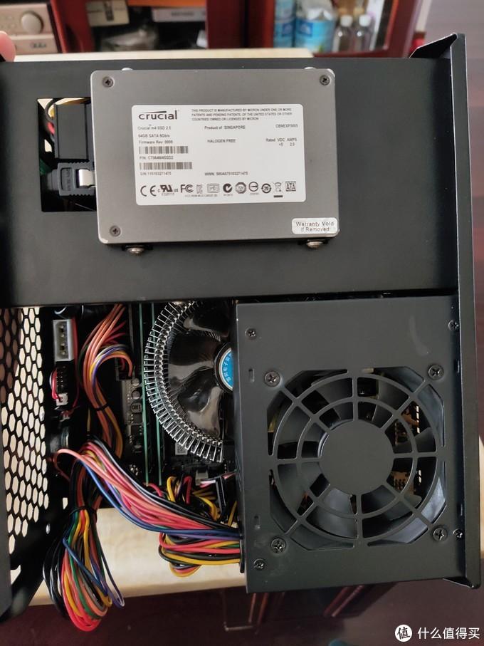 上面看下去,硬盘放了一个680元买的M4 64G(老DIY玩家了,第一块固态,服役至今了),1块拆机500G的机械硬盘,还保证了有足够的空气通道,但是因为没有前置,开机5分钟,A8 7600就能温度到70度,烤鸡CPU5分钟就蓝屏,电源倒是不热,转速也不高,但是机箱发烫