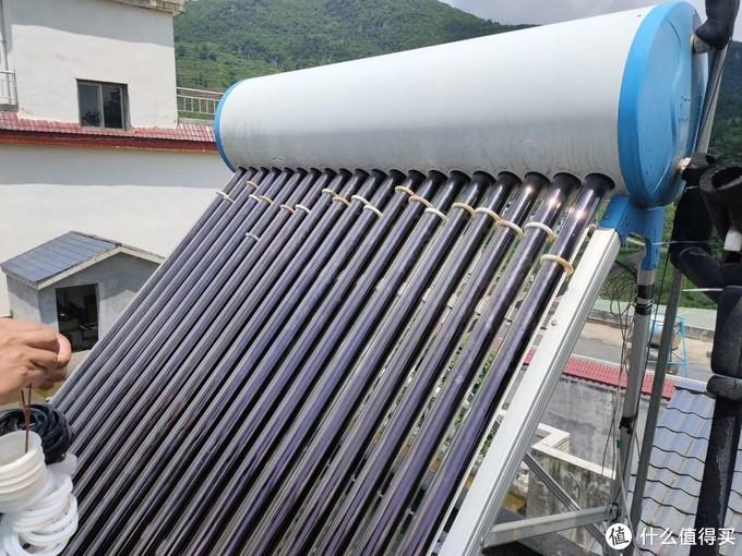 太阳能管全部装好,防尘垫还没有装到位,因为要加水测试密封垫是否漏水,确定不漏水之后再把防尘垫归位,过程其实不难,主要是要细心。