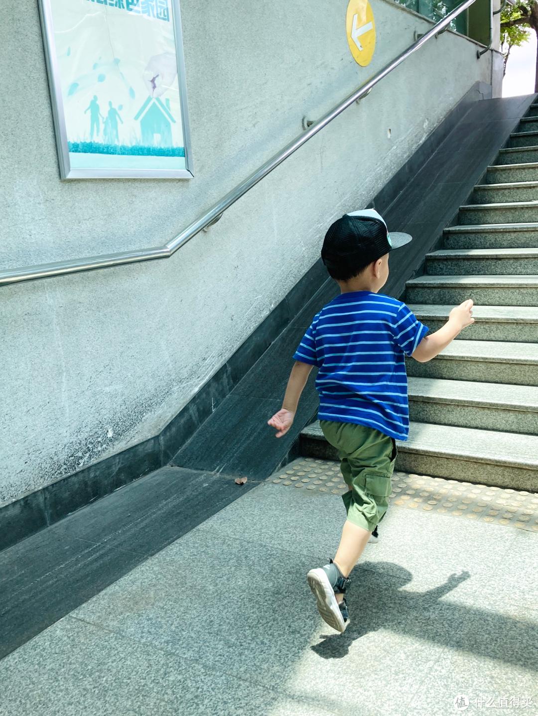 Gap男幼童纯棉LOGO短袖T恤开箱分享
