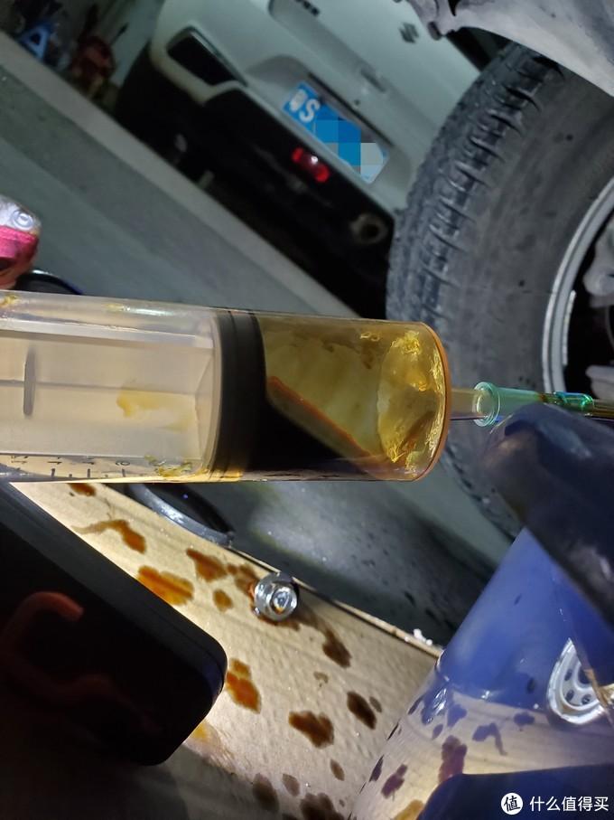 用针同抽取油底壳废机油,大概可以抽出30ML左右(实际上作用不大)