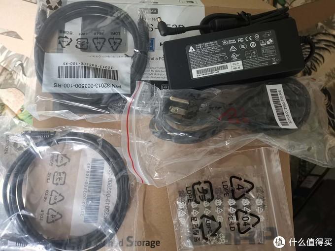 TS453D 附带了一个电源,两根超5类线,及硬盘固定螺丝。