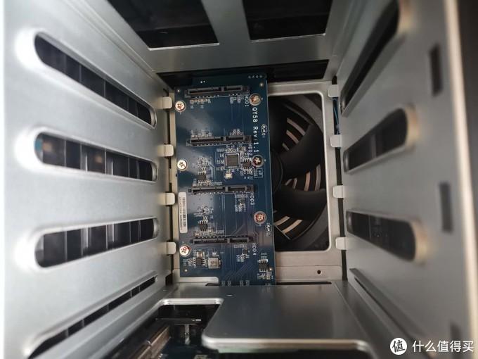 硬盘接口,大厂就是大厂,很精致。