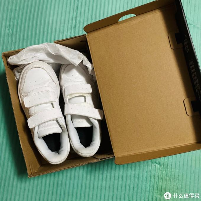 阿迪达斯 HOOPS 2.0 CMF C小童篮球鞋开箱分享