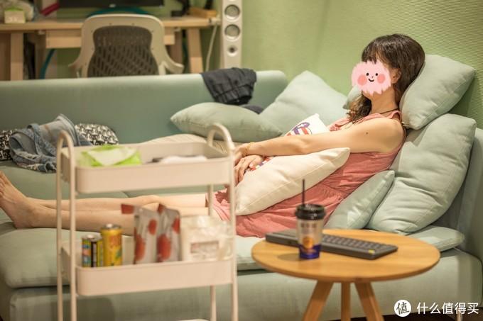 ↑半躺在沙发上看片非常舒服