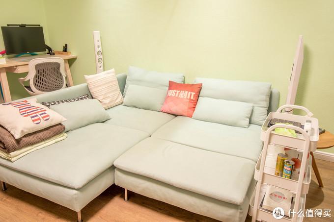 ↑家里平时很少来客人,我们平时就把三人位沙发转了个角度,和贵妃椅拼在一起,变成一张1.8宽的床,一家三口窝在上面看片特别舒服