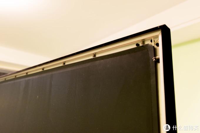 ↑用钩子把软布勾在边框上,保持平整