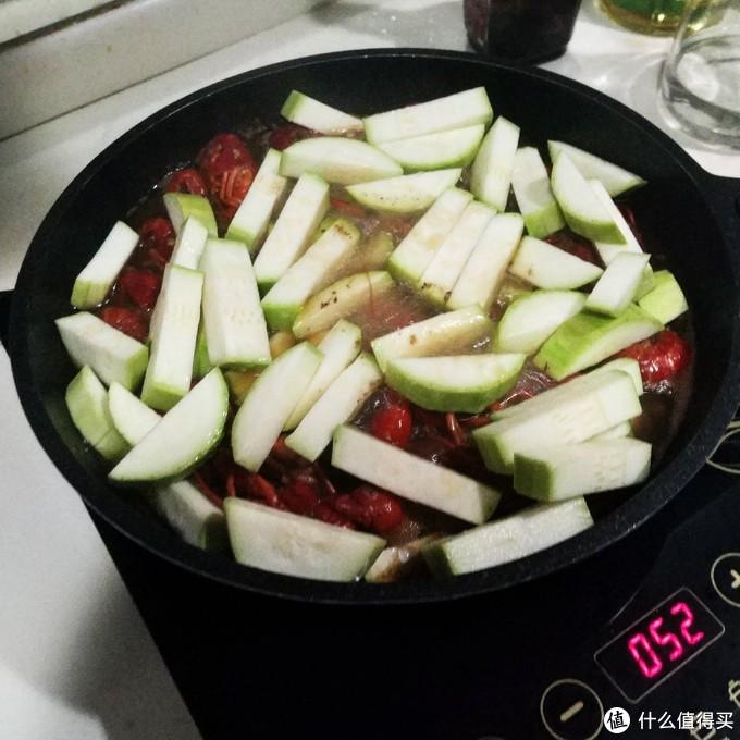怕吃不饱的宝宝们可以自行加入喜欢的蔬菜,我这里加的是云南小瓜。