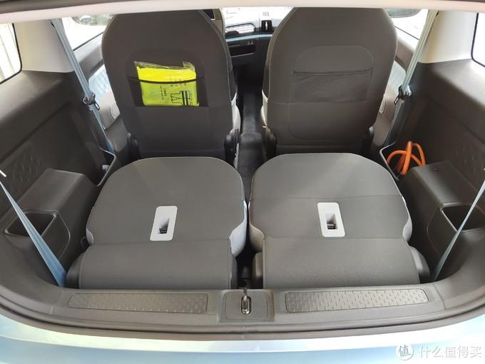 ↑  后排2个座位支持完全平放,这时可以塞下大件行李,前排2个座椅的背后也带有储物网兜,可以塞点小东西。