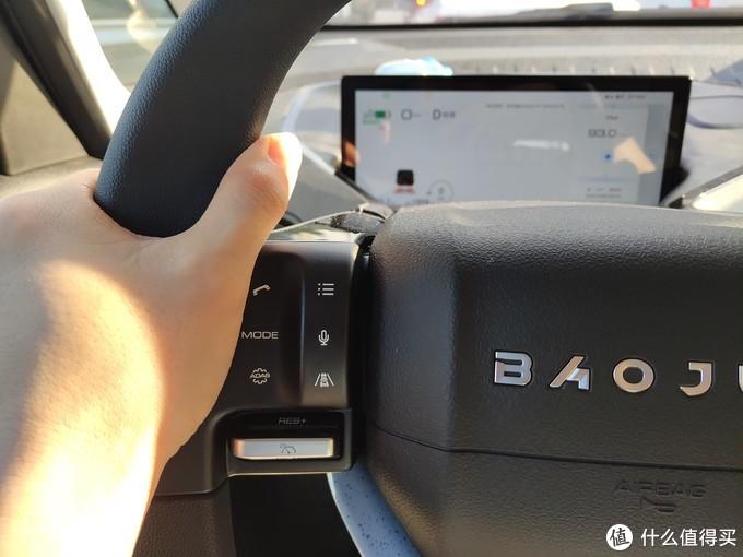 ↑   实测在开车过程中大拇指下方的肉肉很容易误触到电话拨打接听键及驾驶模式选择键。