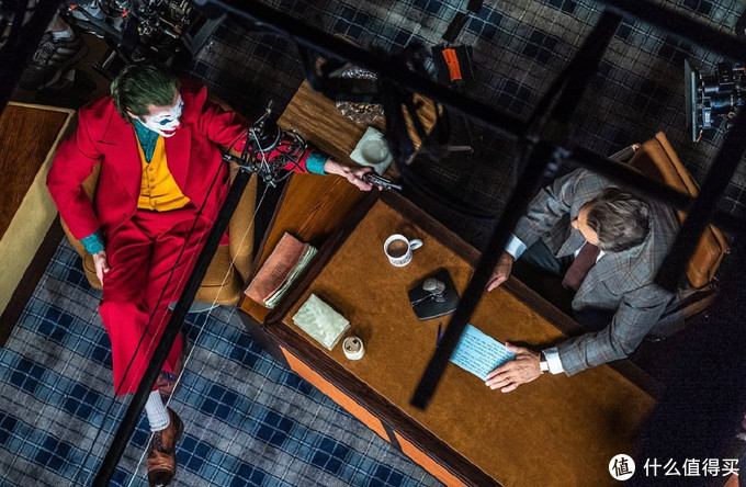 《小丑》再次曝光一组新剧照,或疯魔或孤僻,这才是超级英雄电影该有的质感