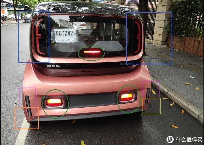 ↑ 蓝色框是尾部氛围灯,绿色3个圈内是刹车灯亮起的样子,粉色框是左右2个转向灯,左下方橙色框是雾灯,右下方黄色框是倒车灯。