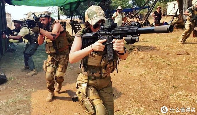 性感女神梅根·福克斯一改常态,新片《侠盗》全副武装深入非洲,还有大战母狮子戏份,影片下个月即将上线