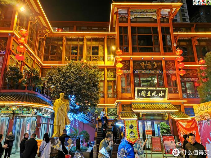 小吃王国一楼美食街,二楼自选区,三楼餐厅,四楼包厢。尝小吃、品湘菜、听弹词、看湘戏是火宫殿独有的特色。