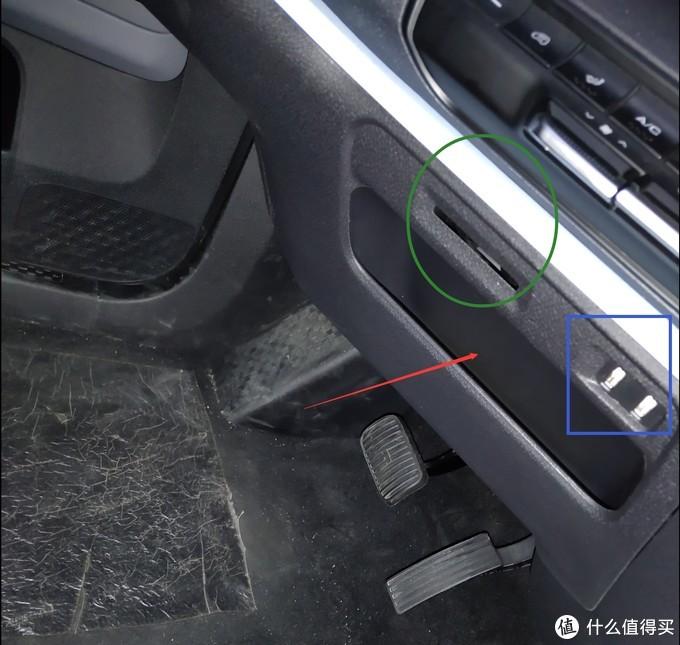 ↑ 中台下方绿色圈是个卡槽可以插通行卡油卡之类的,蓝色框内是2个USB接口,可充手机也可以连接车载系统进行投屏,还可以插上U盘播放里面的音乐;红色箭头所指是个储物格,放个手机或随身小物品如钥匙零钱啥的都没问题。