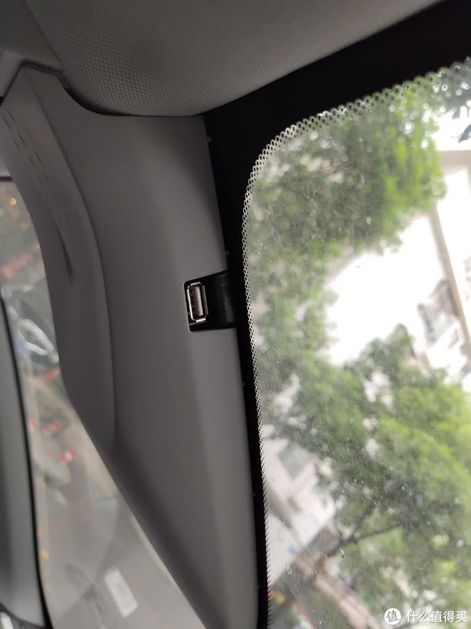 ↑ 在前挡风玻璃上还有一个USB接口,用于行车记录仪的取电。