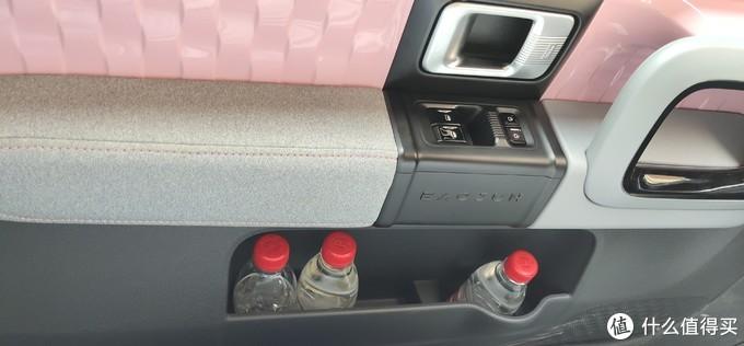 ↑  主驾和副驾车门上的储物空间够大,目测装4瓶380ml的矿泉水毫无压力。另外我注意到主副驾双门上的车窗玻璃要比E200上的厚,由此带来了更好的静音效果。