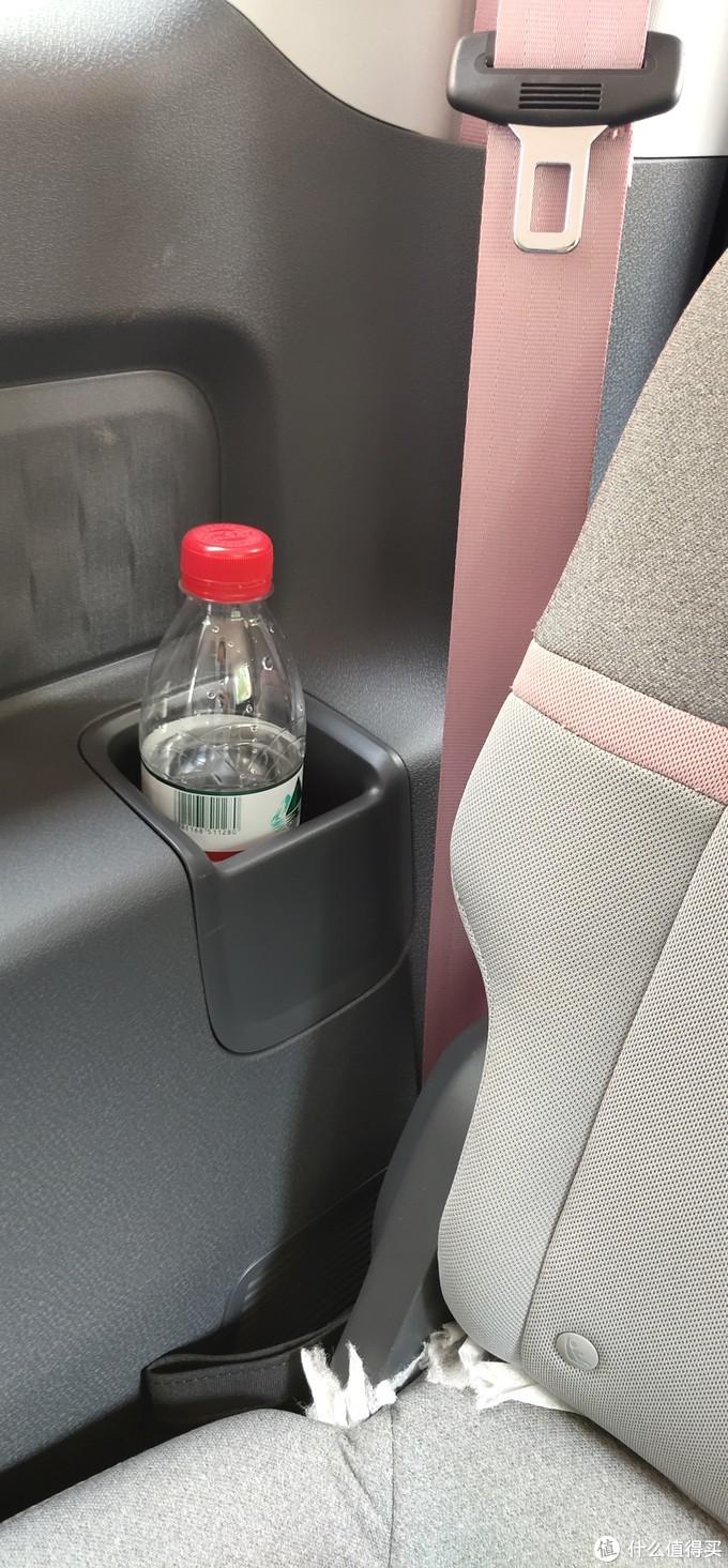 ↑ 后排水杯架,这里顺便表扬下设计的用心,安全带的颜色和车身是同色的,我不会告诉你粉色安全带人人爱。