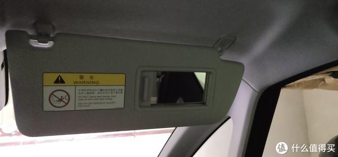 ↑  主驾和副驾上的遮阳板终于舍得配上化妆镜了,之前E200上是没有的。
