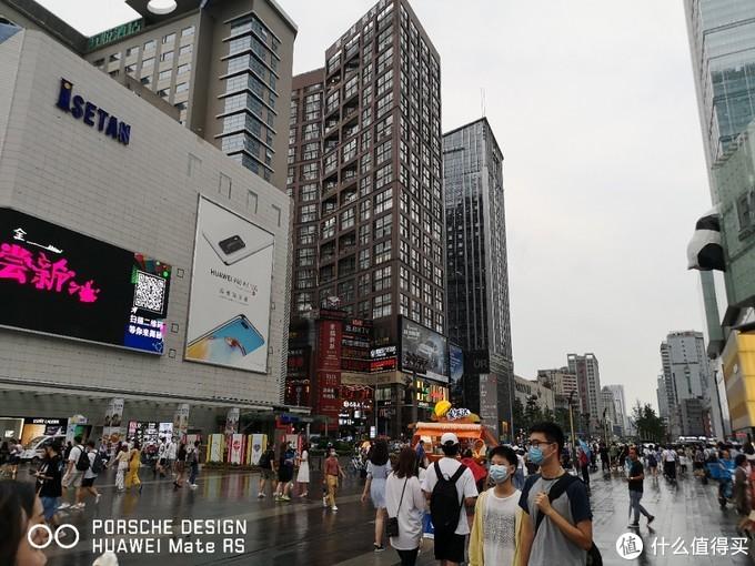 虽然下雨,但春熙路仍然人山人海