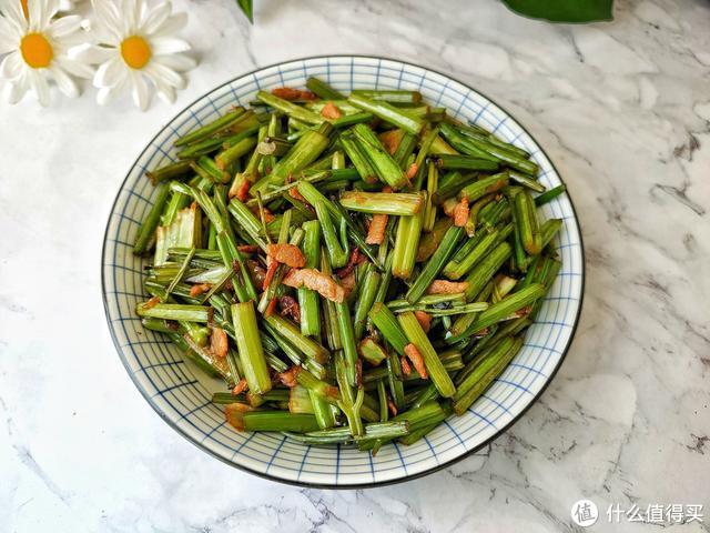 芹菜现在吃正当季,简单一炒,营养美味,粗纤维可清肠排毒更健康!
