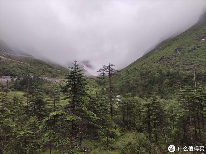 七点半起床,洗漱完毕。八点检查站开始通行。清晨的山上,能看到远处的雪山,和薄雾。