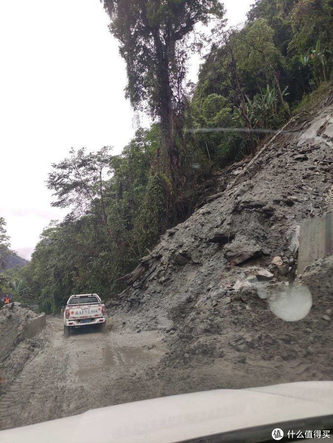 路上很多这样的泥路,一路上只有越野,SUV,和皮卡。偶尔看到辆摩托车,看不到一辆轿车。那几个开湘A轿车的朋友根本上不来