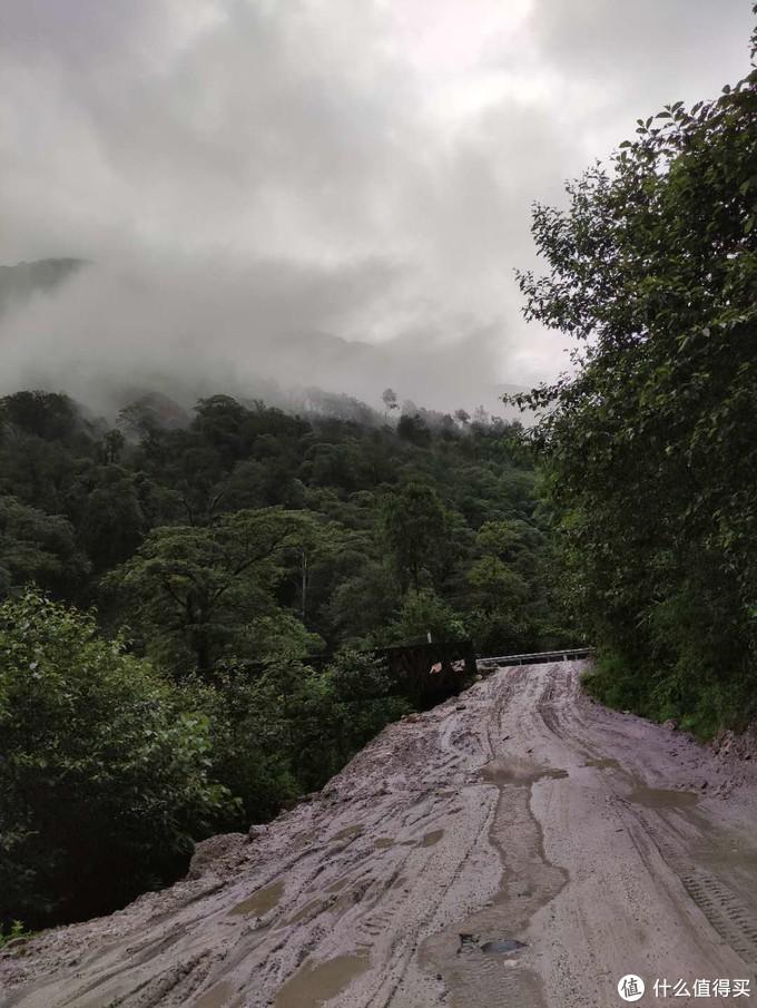 泥泞的道路,这里常年在修路。