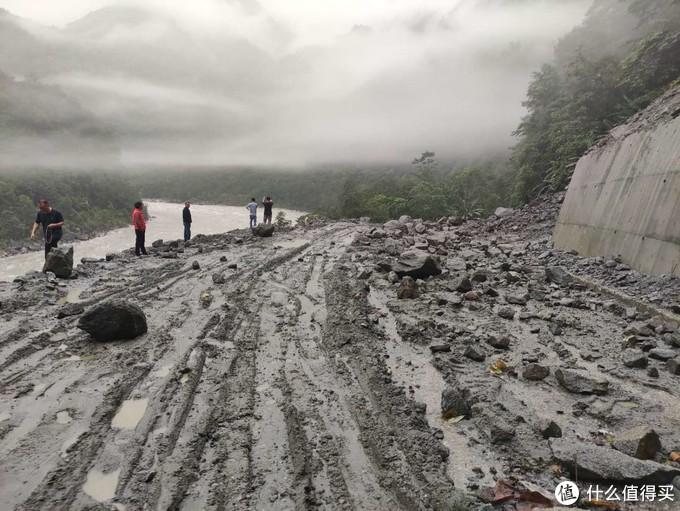 昨晚下了雨,发生了泥石流,大石头把路堵上了。有的落石能达到一两米直径