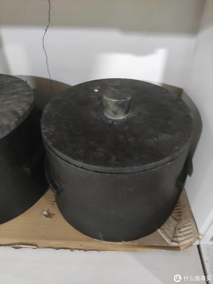 像这种石锅大概2000元,直径在30公分左右,是墨脱这边独有的一种石头皂石,这种石头很软,用指甲能划出印来。据说煲出的汤很好喝,含16种微量元素。不知真的假的。