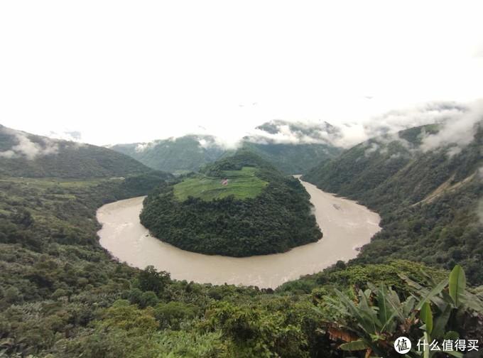 离县城12公里的果果塘大拐弯,有个观景台可以看全景