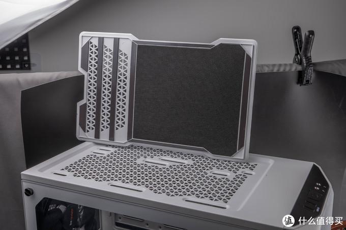 顶部的静音盖板。黑色的条状物都是磁吸的脚垫,不仅保证盖板的稳固,也有一定减震作用,前部还有一层吸音棉