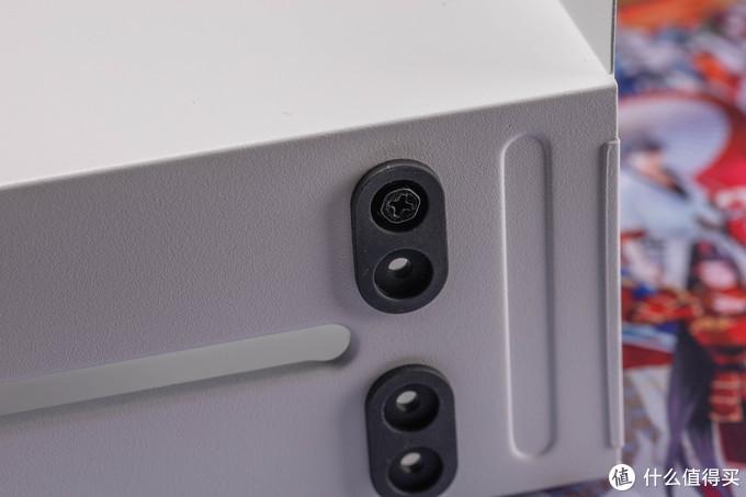 3.5硬盘位每个硬盘可以选择两个高度安装,还有很厚的减震垫
